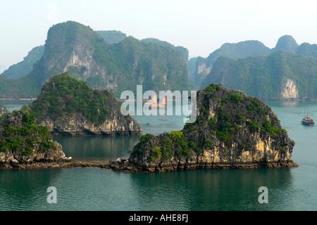 Asie extrême-Orient Vietnam Halong Bay eau mer océan vue panoramique sur les îles calcaire jonque bateaux croisière Banque D'Images