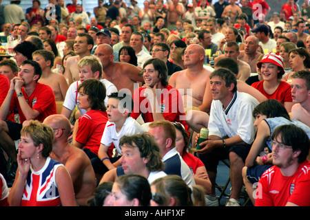 Regarder les gens vivre avec des match de football Coupe du monde - l'Angleterre contre le Portugal - sur un grand écran dans une grande salle. Le Malvern Royaume-uni