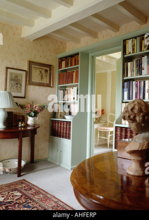 Poutres apparentes peintes en blanc en pays hall avec couleur bleu-vert des étagères de chaque côté de la porte Banque D'Images