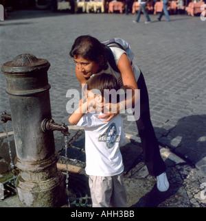 La mère et l'enfant l'eau potable et se laver les mains à une fontaine par le Panthéon de Rome, Italie KATHY DEWITT Banque D'Images
