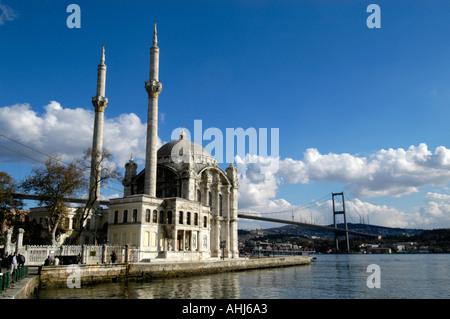 Mosquée Ortakôy sur les rives du Bosphore, Istanbul Turquie Banque D'Images