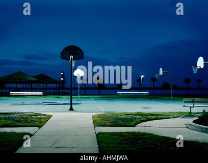 Un terrain de basket-ball à côté du lac Monroe dans le centre-ville de Sanford FL USA Banque D'Images