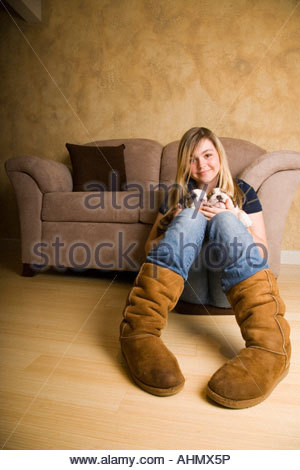 Teenage girl Playing with English bulldog puppies Banque D'Images