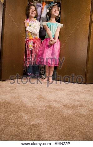 Les jeunes filles jouer Dress-up Banque D'Images