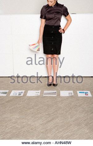 Businesswoman holding paint swatches Banque D'Images
