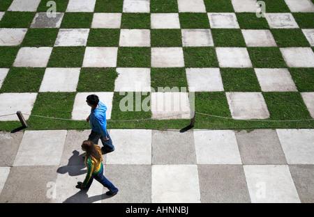 Loin de voir l'échiquier de jardin marbre Japanesse park, avec couple en train de marcher. Palermo, Buenos Aires, Argentine