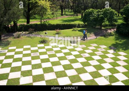 Loin de voir l'échiquier de jardin marbre Japanesse, parc avec des arbres et le chemin. Palermo, Buenos Aires, Argentine