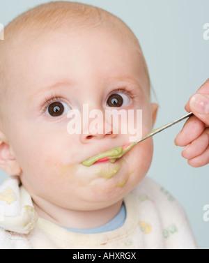 Mère nourrir bébé Banque D'Images