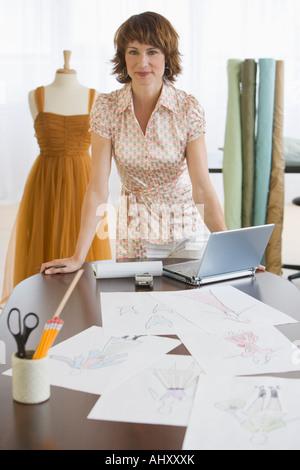 Concepteur de vêtements féminins en boutique Banque D'Images