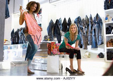 Deux jeunes femmes shopping bags, tenant les sacs à main, smiling, portrait, low angle view Banque D'Images