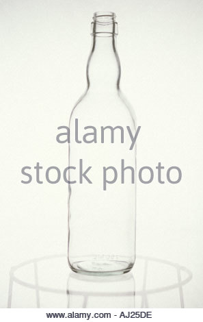 La vie toujours de la bouteille en verre sur une table en verre Banque D'Images