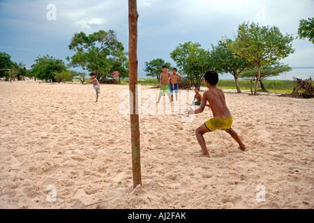 Jeu de Football en action dans le village de Jamaraqua sur les rives du rio Tapajos