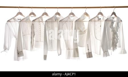 Dames Blanches blouses accroché sur un rail Banque D'Images