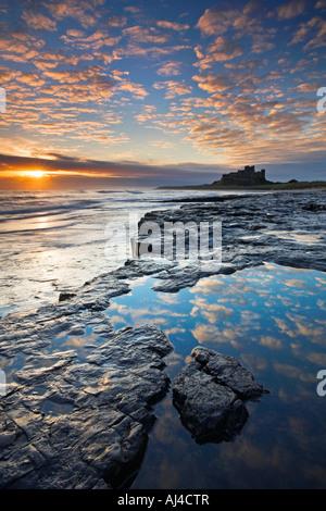 Lever de soleil spectaculaire sur le château de Bamburgh Northumberland, Banque D'Images