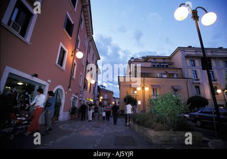 Les uns flânant sur shopping street dans la soirée Desenzano del Garda Lac de Garde Lombardie Italie Banque D'Images