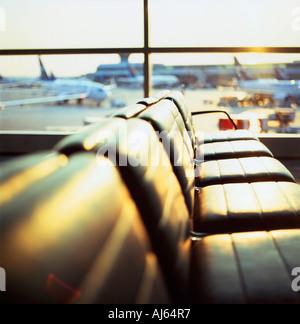 Départ de l'aéroport salon avec coin vide sièges à Lester Pearson Airport Toronto Canada Kathy DEWITT Banque D'Images