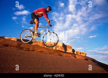 Un saut à vélo de montagne Moab Utah USA Banque D'Images