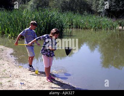 Les enfants La pêche dans Country Park Hampshire England UK Banque D'Images