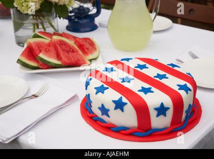 Gâteau et pastèque sur table