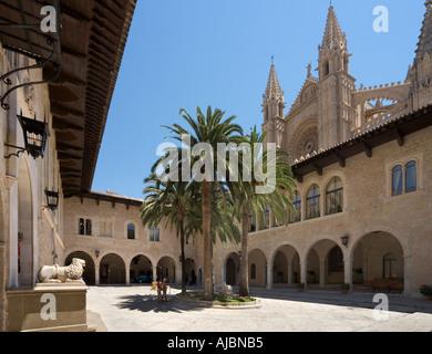 Patio de Armas avec la Cathédrale derrière, Palau de l'Almudaina (Palais Royal), Centre historique de la ville, Banque D'Images