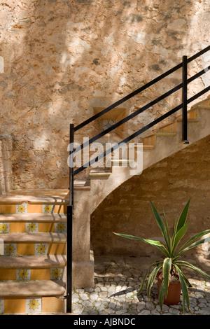 Escalier dans une cour de la Plaça Major (place principale), vieille ville de Santanyi, Majorque, la Côte Est, l'Espagne, Banque D'Images