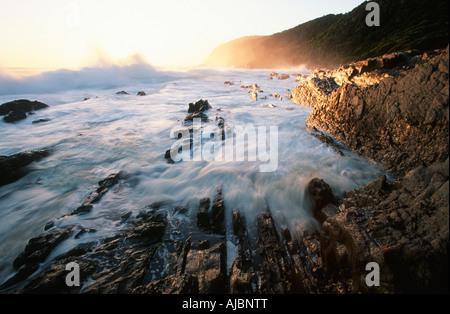 Scenic côtières avec des vagues se brisant sur les rochers Banque D'Images