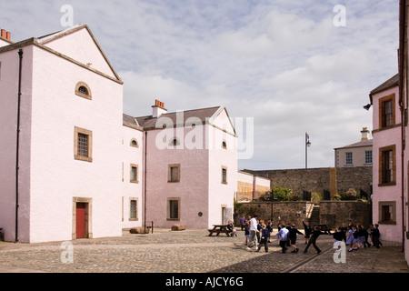 Royaume-uni Irlande du Nord County Down Downpatrick Down Museum enfants jouant à l'extérieur de l'ancien bloc de Banque D'Images