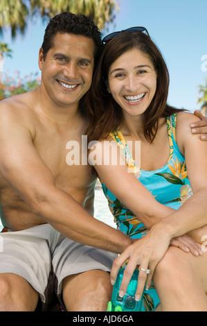 Couple sitting outdoors, portrait. Banque D'Images