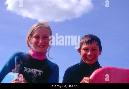 Frère et sœur se préparer à aller de l'embarquement du corps dans la mer Banque D'Images