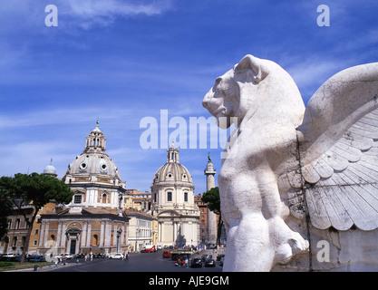 Santa Maria di Loreto Nome di Maria églises La Colonne Trajane et lion ailé statue sur monument Vittoriano Rome Banque D'Images