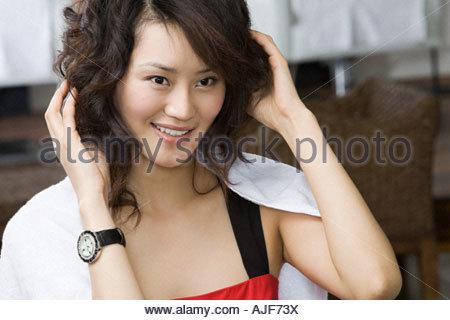 Femme chinoise avec les mains dans les cheveux Banque D'Images