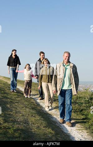 Family walking on grassy hill Banque D'Images