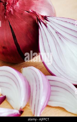 Oignons rouges sur la planche à découper en bois Studio shot against white background