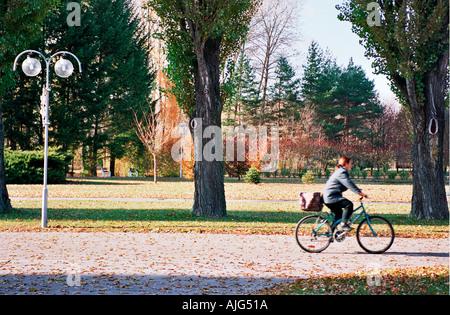 Une jeune fille a jeté une bicyclette park Banque D'Images