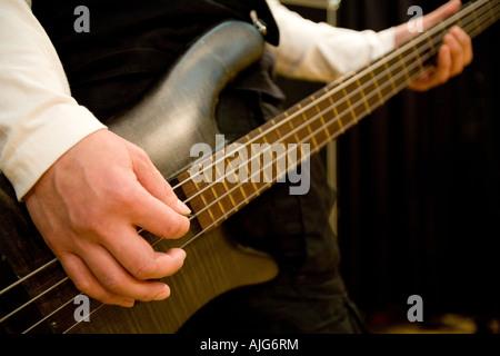 Jeune homme jouant de la guitare basse Banque D'Images