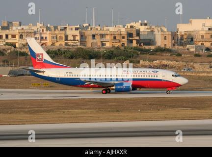 Atlant-Soyuz Airlines Boeing 737-300 en taxi pour le départ de Malte Banque D'Images