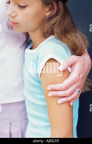 Triste à la fille avec la main sur son épaule