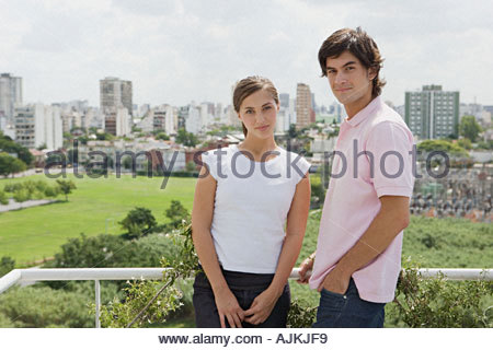 Jeune couple sur leur balcon Banque D'Images
