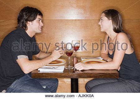 Jeune couple dans un restaurant. Banque D'Images