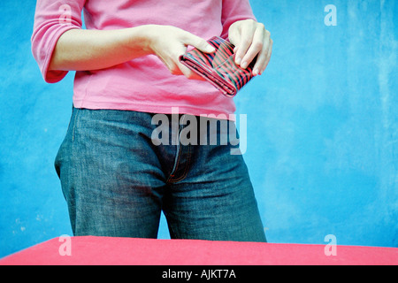 Femme tenant un porte-monnaie