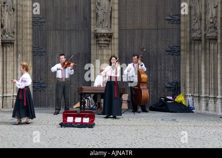 Des musiciens en face de la cathédrale Notre-Dame à Anvers, Belgique