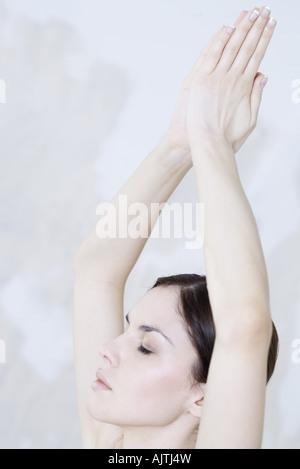 Femme position de prière, les yeux fermés, cropped view Banque D'Images