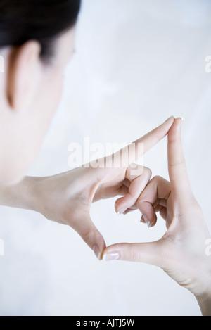 Femme faisant geste avec les mains, sur l'épaule Banque D'Images