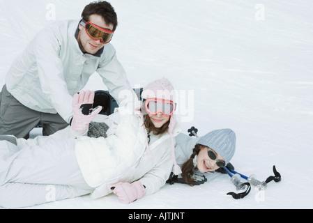 Groupe de jeunes amis playfighting dans la neige, teen girl waving to camera Banque D'Images