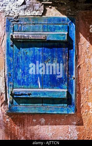 Vieux bâtiment en bois bleu sur l'obturateur en Crète Grèce UE Banque D'Images