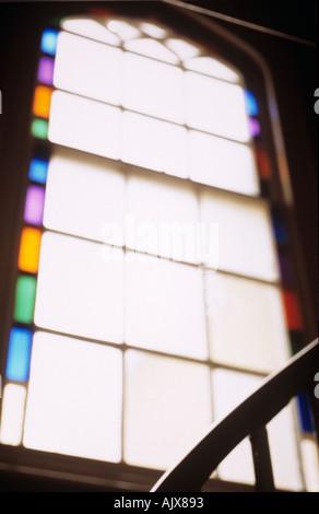 Fenêtre de flou artistique et clair avec vitraux et bannister rails sur palier de maison d'époque Banque D'Images