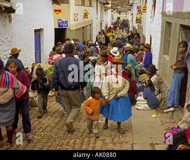 Les populations autochtones dans les vêtements traditionnels à travers des rues après Dimanche Mars & marché Pisac Banque D'Images