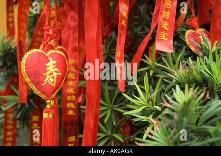 Coeur de la longévité et les rubans ornés de pseudonymes religieux utilisés comme offrandes dans un temple bouddhiste Banque D'Images