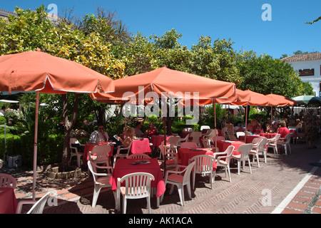 Cafe de la chaussée sur la Plaza de los Naranjos, Casco Antiguo (Vieille Ville), Marbella, Costa del Sol, Andalousie, Banque D'Images