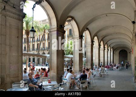 Sidewalk cafe dans les arcades, Plaça Reial (off), Caputxins Rambla de las Ramblas, Barcelone, Catalogne, Espagne